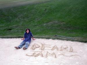 ペブルビーチのゴルフ場の砂スポットに落書き・・・